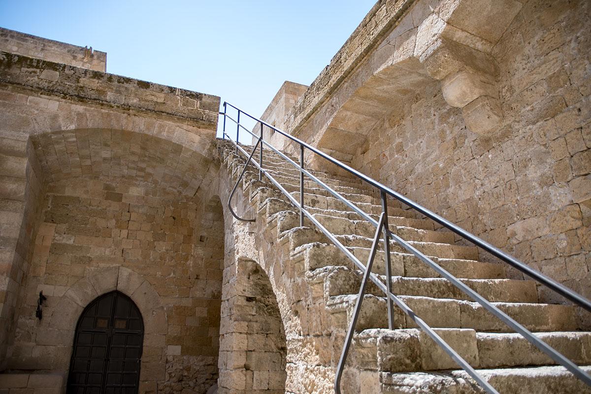 Современными металлическими перилами Археологический музей Родоса оборудовал старинную лестницу, ведущую во второй двор.