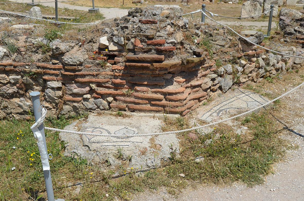 Вскрытые участки территории Библиотеки Адриана демонстрируют строительные материалы древности прямо на месте использования.