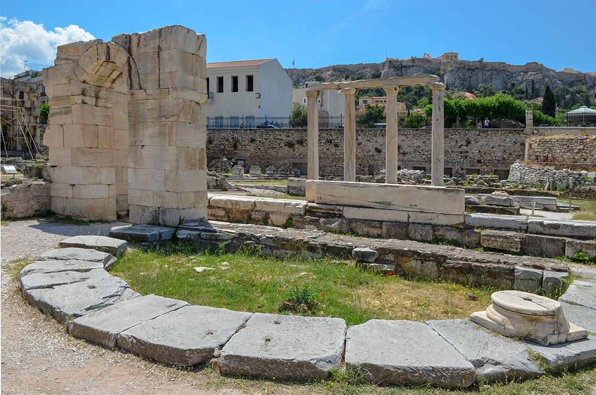 Храмы в Библиотеке Адриана исторически сменяли друг друга, сейчас первый и последний соседствуют, даже переплетаются и накладываются.