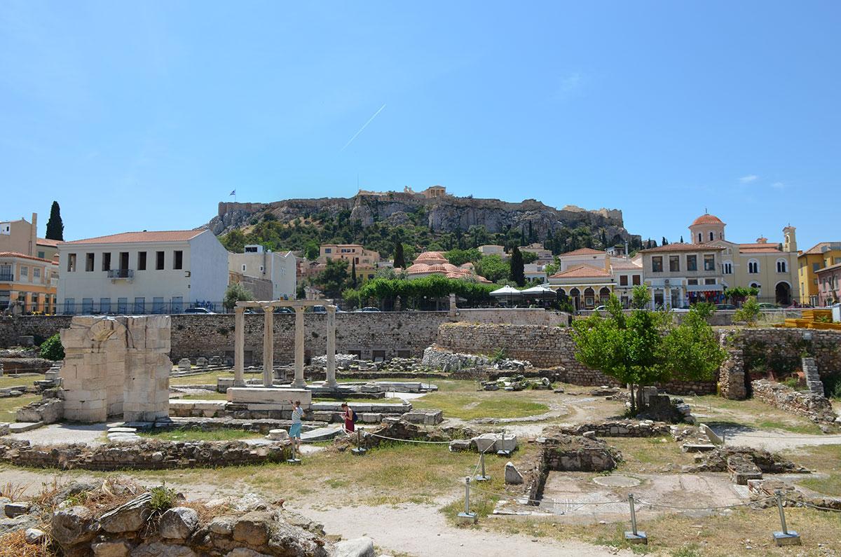 Раскопки территории Библиотеки Адриана производятся среди оживленных улиц, на живописном фоне холма Акрополя и его достопримечательностей.