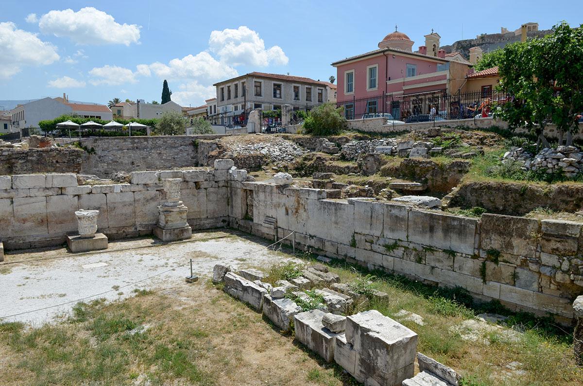 Разрушенные храмы на территории Библиотеки Адриана теперь заменяет греческая православная церковь, купол и звонница которой виднеются за домом напротив.
