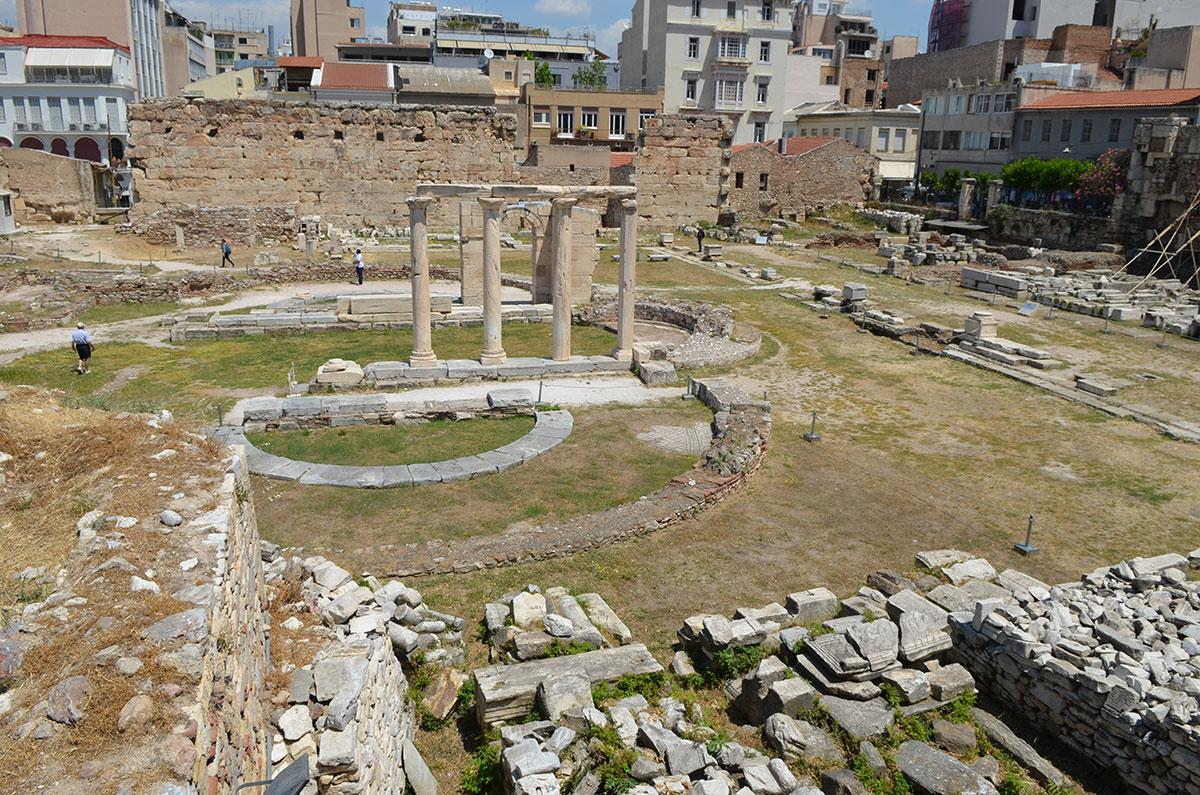 На раскопанной территории Библиотеки Адриана соседствуют фрагменты храмов и библиотечных помещений, также мало сохранившихся.