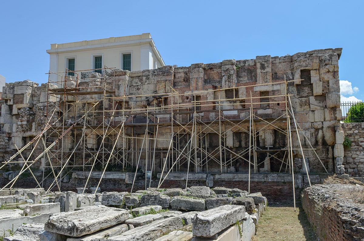 Посещение Библиотеки Адриана совпало с реставрационными работами, строительные леса обступили восточную стену, препятствуя осмотру.