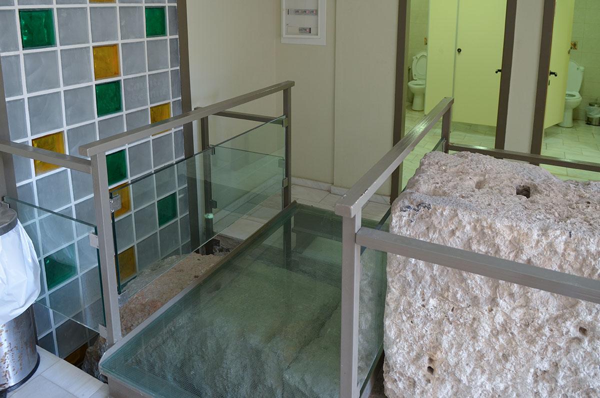 Даже общественный туалет на территории Библиотеки Адриана оформлен подобно музейной экспозиции, выставляющей древние раритеты.