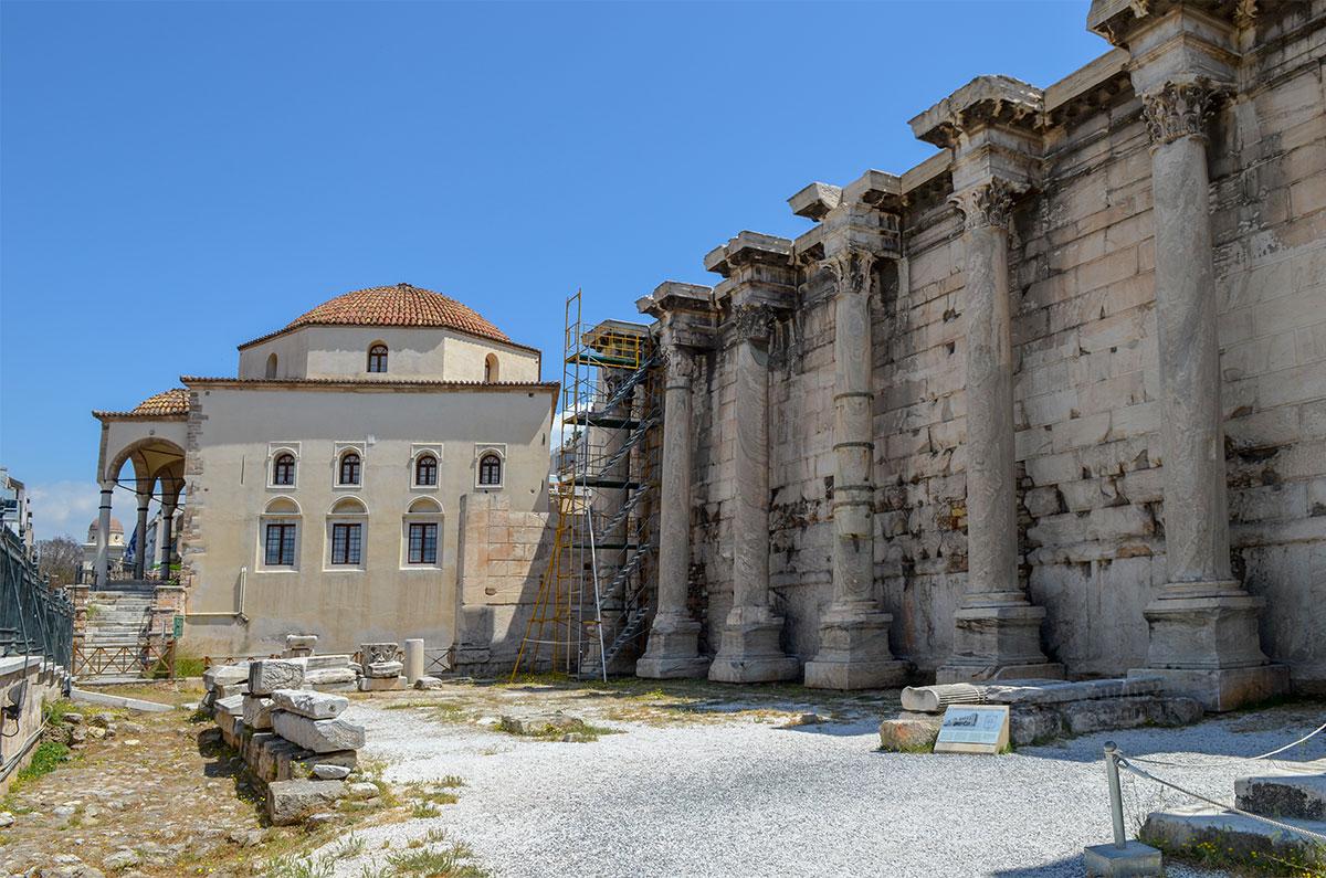 Музей керамики в бывшей мечети расположен по соседству с ограждающей стеной Библиотеки Адриана, украшенной рядом коринфских колонн.