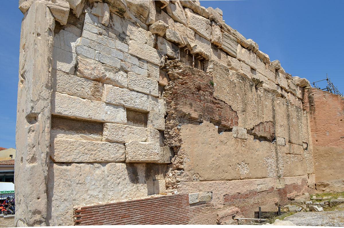 Внутренняя сторона западной стены ограждения Библиотеки Адриана разительно отличается от внешней, местами непосвященным кажется опасной.