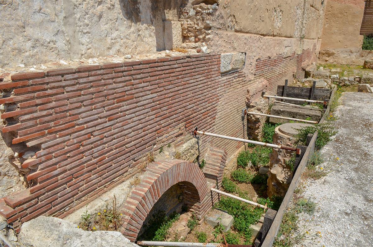 Работы по реставрации Библиотеки Адриана предусмотрительно начали с ревизии систем жизнеобеспечения, ведь кругом расположены жилые кварталы.