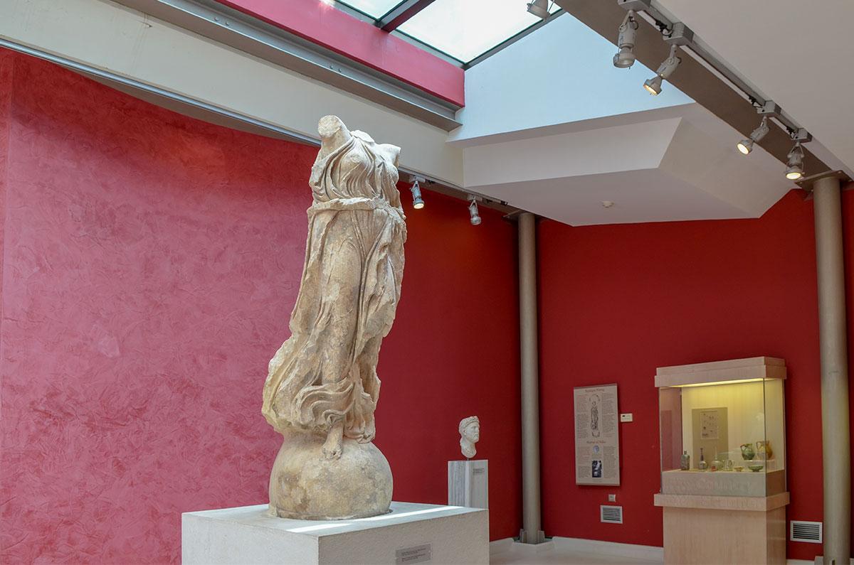 Библиотека Адриана имеет собственный небольшой музей, главной достопримечательностью которого является поврежденная статуя богини Ники.