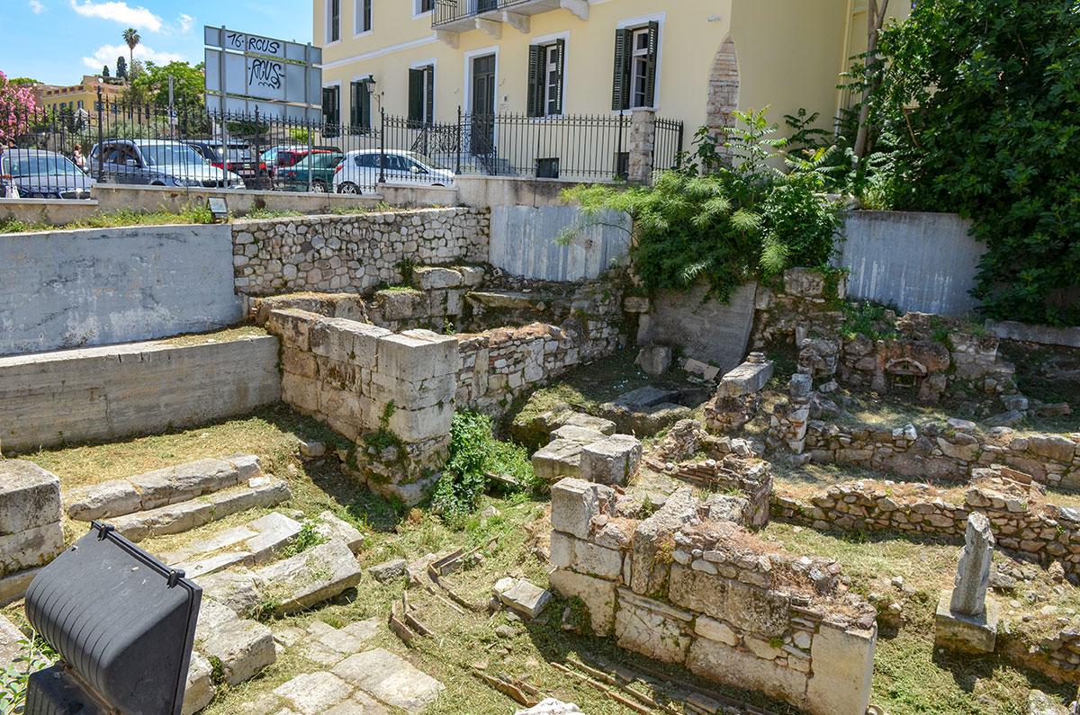 Восточная часть территории Библиотеки Пантаинос отводилась под хранилище рукописей, здесь же находились читальные залы философской школы.