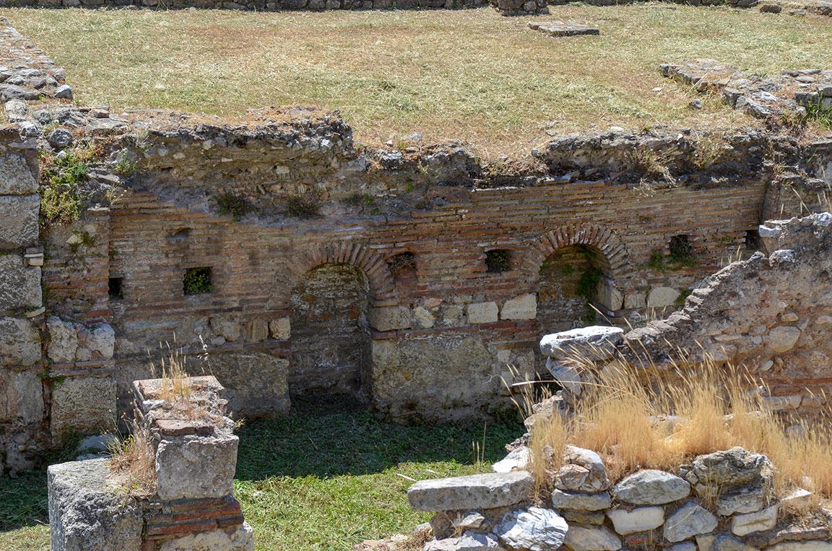 Поперечный разрез здания Библиотеки Пантаинос на чертеже информационного планшета совпадает с реальной ситуацией на раскопанной территории.