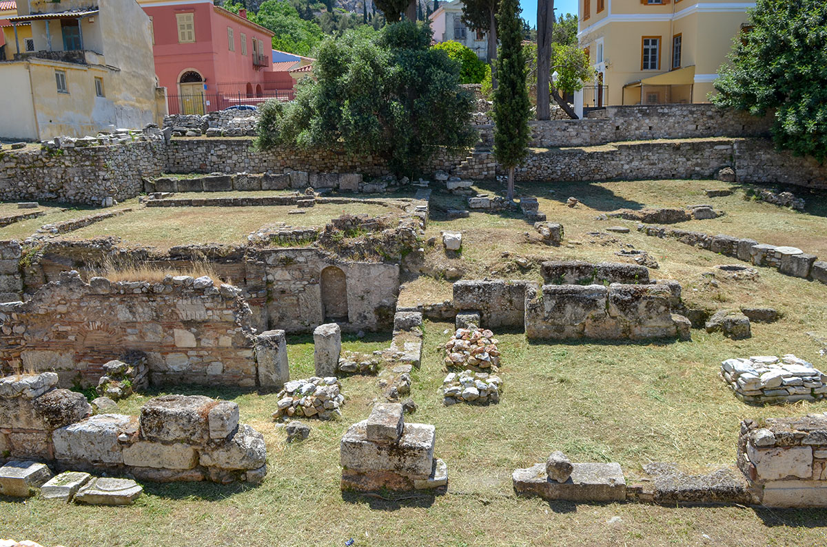 Среди каменных нагромождений на территории Библиотеки Пантаинос можно обнаружить контуры внутреннего двора и большого зала.