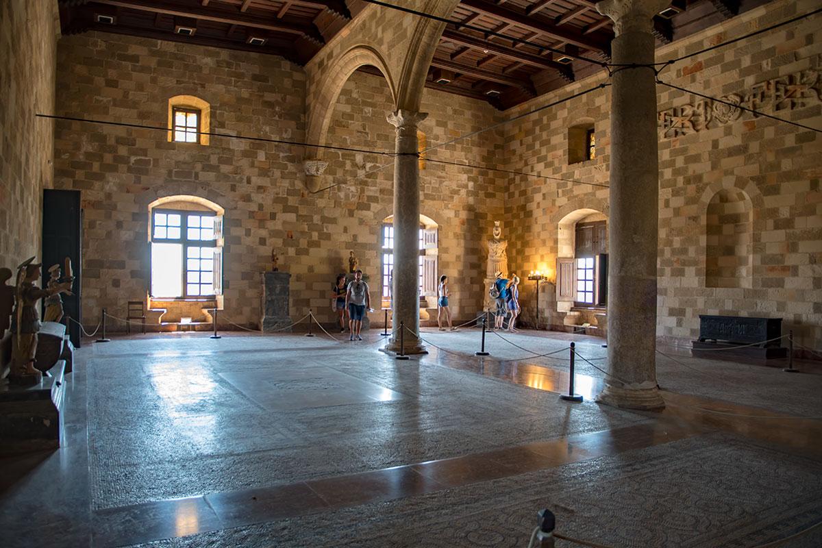 Достопримечательностями парадного зала приемов Дворца великих магистров считаются половые мозаики, выполненные мастерами с острова Кос.