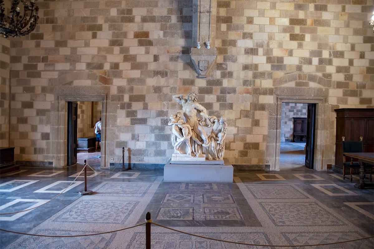 На фоне красочной мозаики пола знаменитая статуя Лаокоона, которой обоснованно гордится Дворец великих магистров, смотрится особенно выразительно.