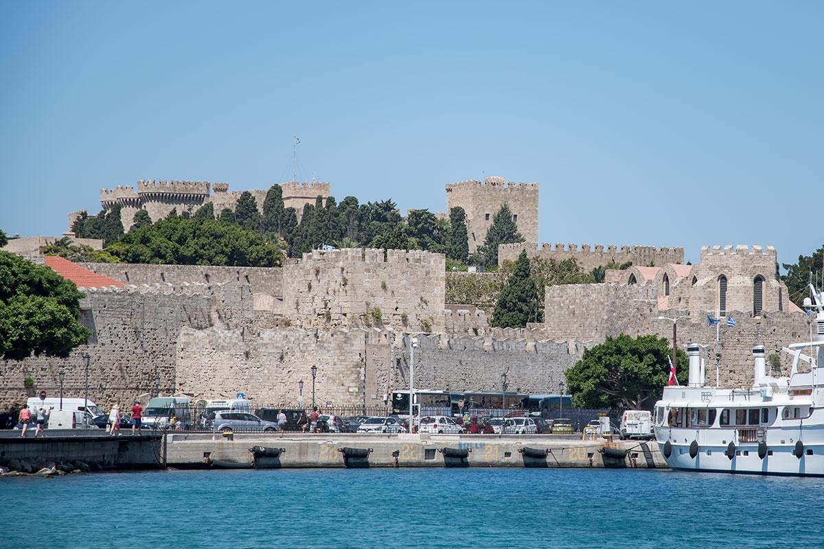 Дворец великих магистров, яркая достопримечательность Старого города, считается на Родосе обязательным для посещения туристами.