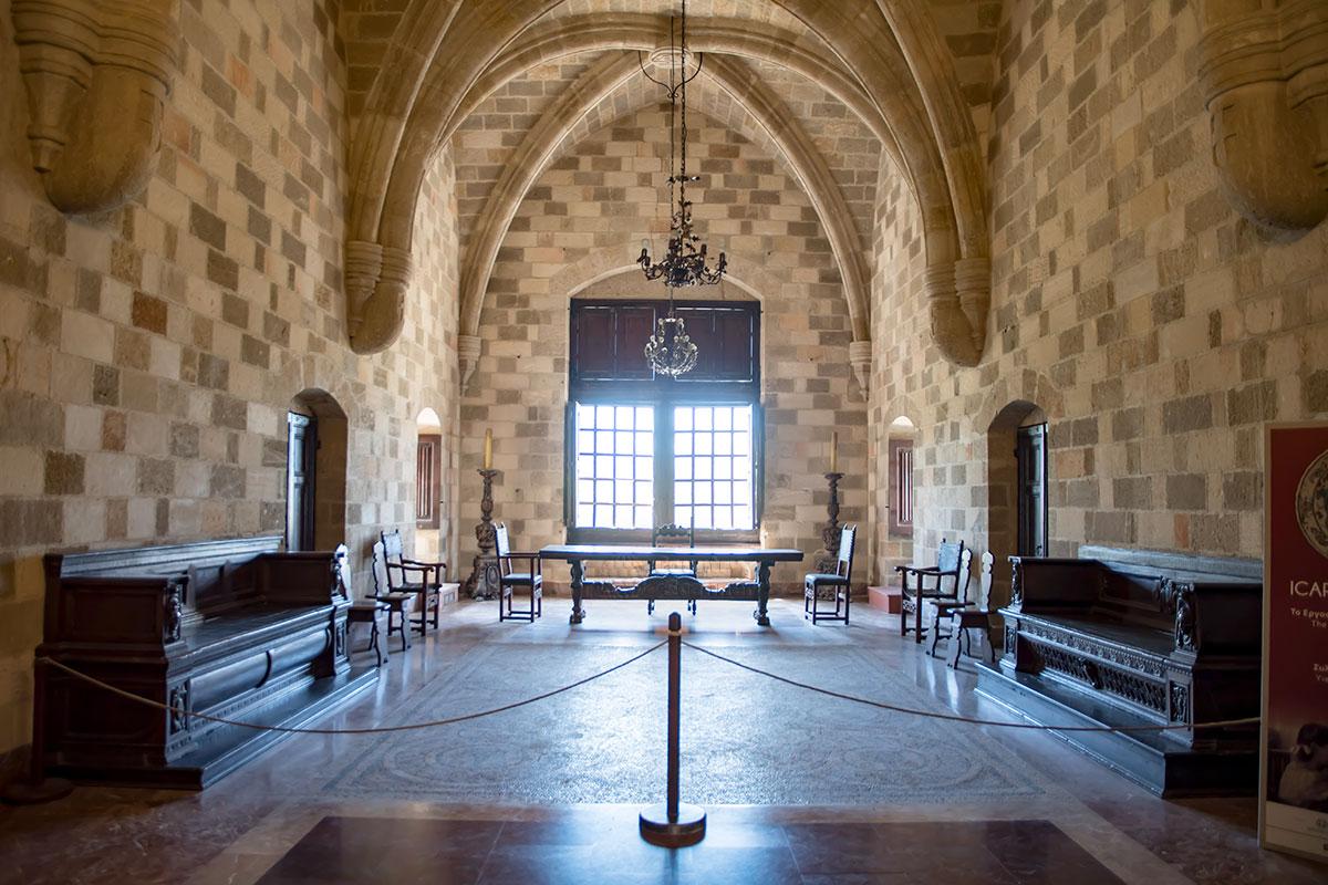 Одна из красочных мозаик, старинная мебель и люстры, огромные подсвечники украшают кабинет губернатора острова во Дворце великих магистров.