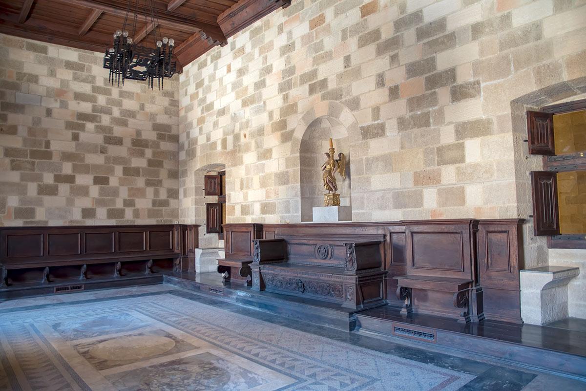 Зал судебного присутствия во Дворце великих магистров оборудован многочисленными местами на скамьях, из украшений – одна статуэтка-подсвечник.