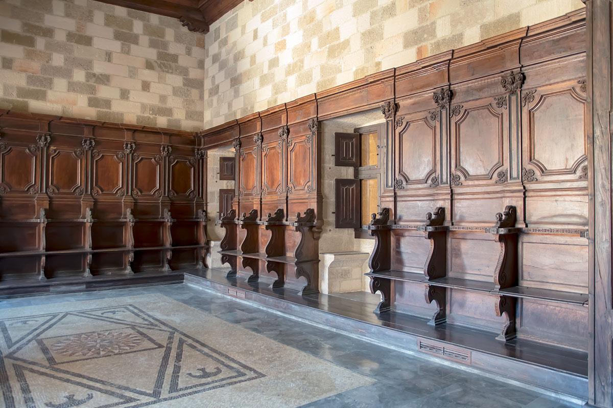 Зал для рыцарского правосудия во Дворце великих магистров стенными панелями и скамьями очень похож на Дворец дожей в Венеции.