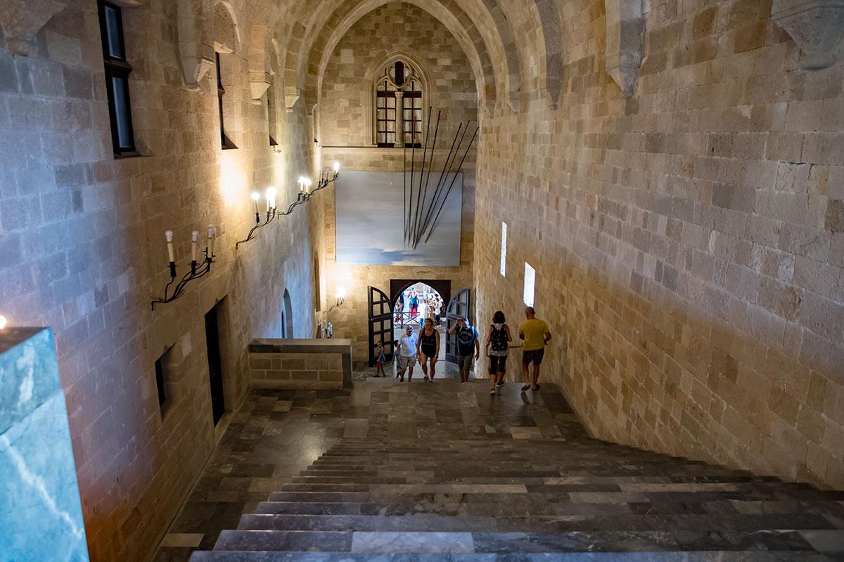 Коридор входа во Дворец великих магистров с высшей точки выглядит еще живописнее, однако отсутствие перил со стороны проема смущает по-прежнему.
