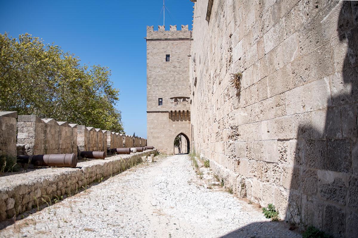 Орудийные стволы на оборонительной площадке дворца великих магистров просто разложены возле амбразур, без установочных лафетов.