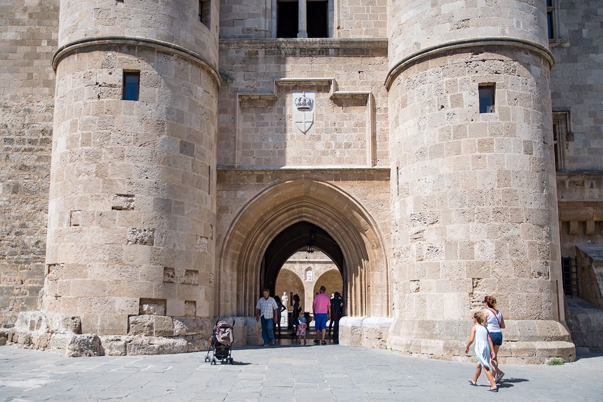 Вход во Дворец великих магистров находится между двумя крепостными башнями, над аркой – упрощенный вариант герба ордена госпитальеров.