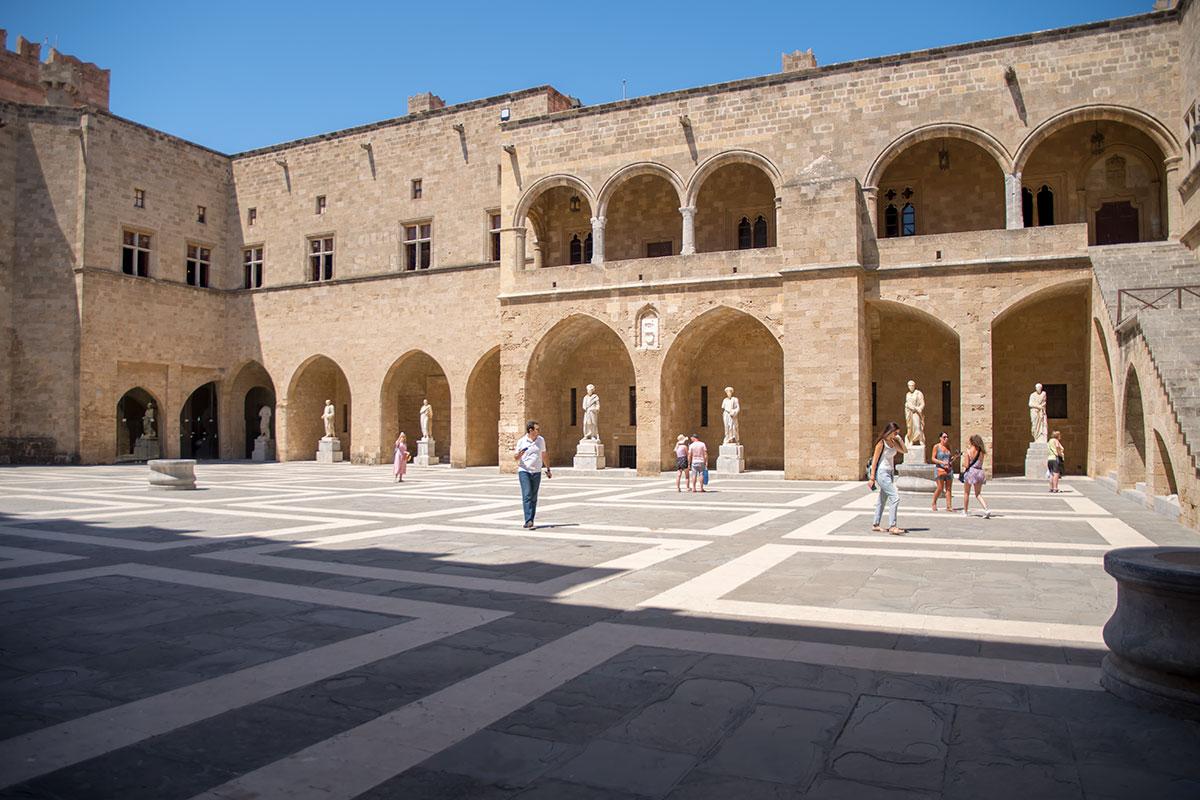 Античными статуями арочные проемы во внутреннем дворе Дворца великих магистров украсили в ожидании визита Муссолини и итальянского короля.