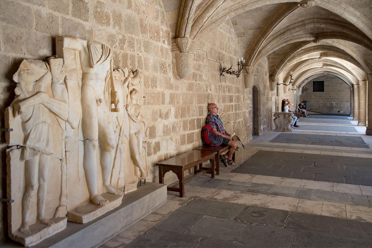 Восстановленный из фрагментов древний барельеф украшает входную галерею Дворца великих магистров, расположенную с южной стороны.
