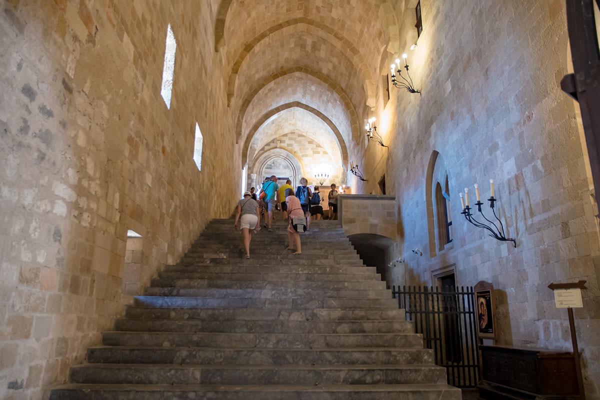 При входе внутрь Дворца великих магистров поражает высота ведущего наверх коридора, удивляет отсутствие лестничных перил со стороны проема.