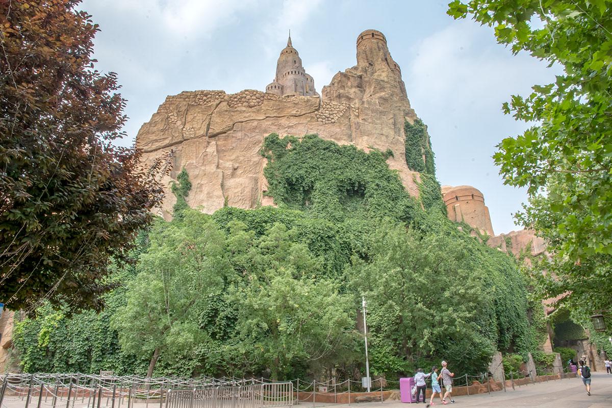 Центральным архитектурным комплексом развлекательного парка Happy Valley является замок Муравьиной цивилизации, аллегории самого Китая.