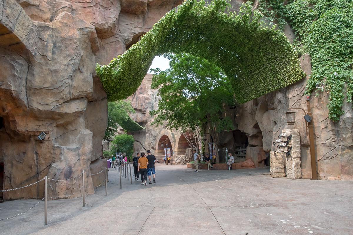 Ландшафтные дизайнеры развлекательного парка Happy Valley украсили скальные переходы на его территории живописной растительностью.