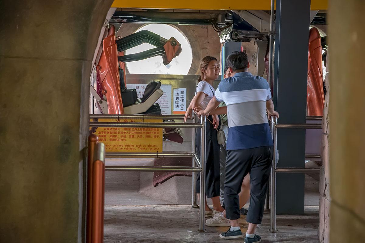 Посадочный вход на один из аттракционов развлекательного парка Happy Valley напоминает посадку в воздушный лайнер без обшивки.