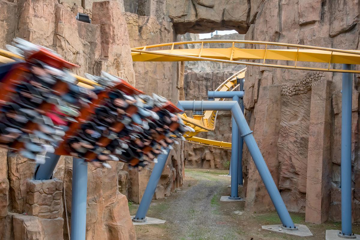 Уникальность аттракциона Желтая трасса в парке развлечений Happy Valley – в неоднократном пролете через само строение замка.