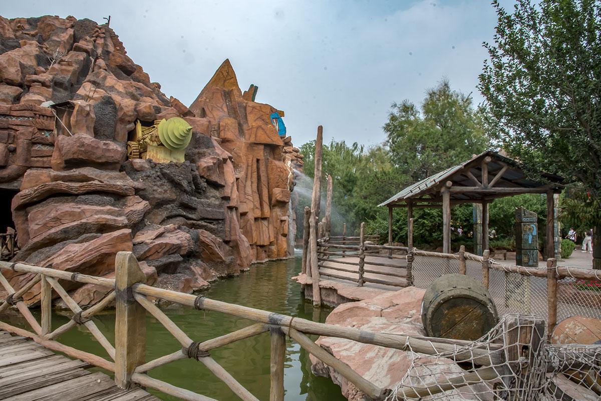 Некоторые оформительские решения декораторов развлекательного парка Happy Valley не сразу понятны, как появление шахтерского комбайна.