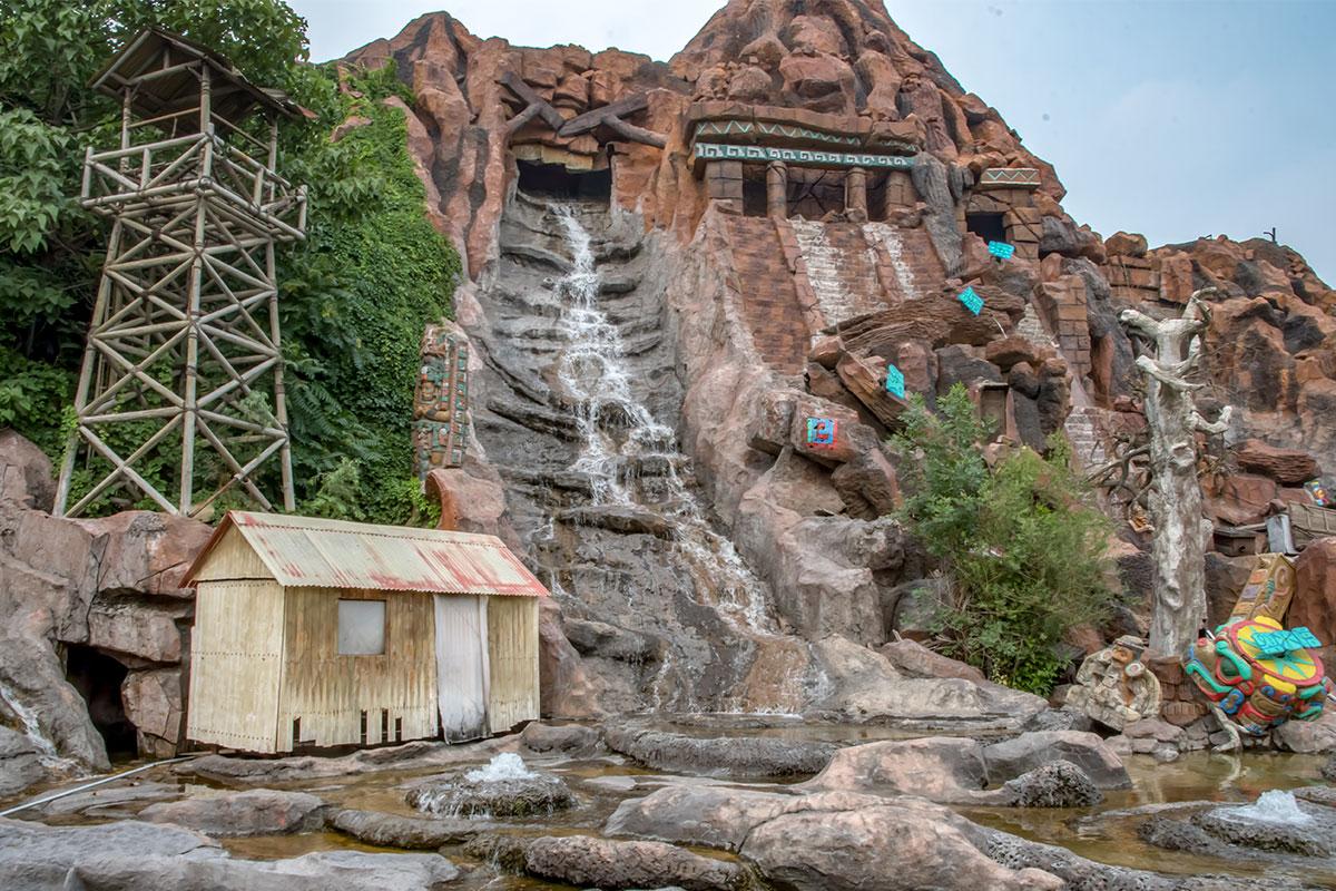 Центральная сценическая площадка парка Happy Valley оформлена как потухший вулкан с остатками древних строений и водопадом.