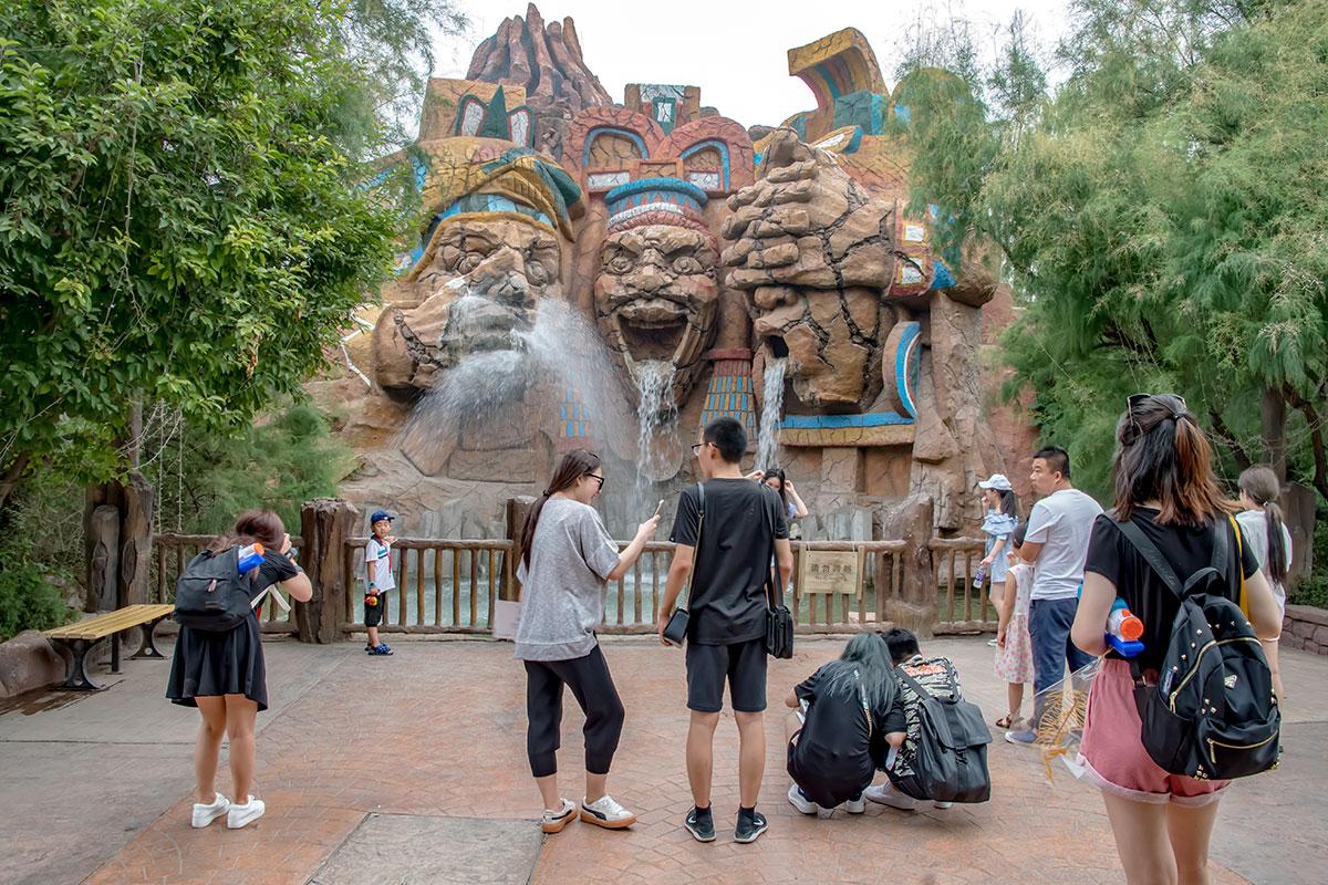 Монументально выглядит своеобразный фонтан в экспозиции цивилизации майя, оборудованной в парке Happy Valley наряду с другими.