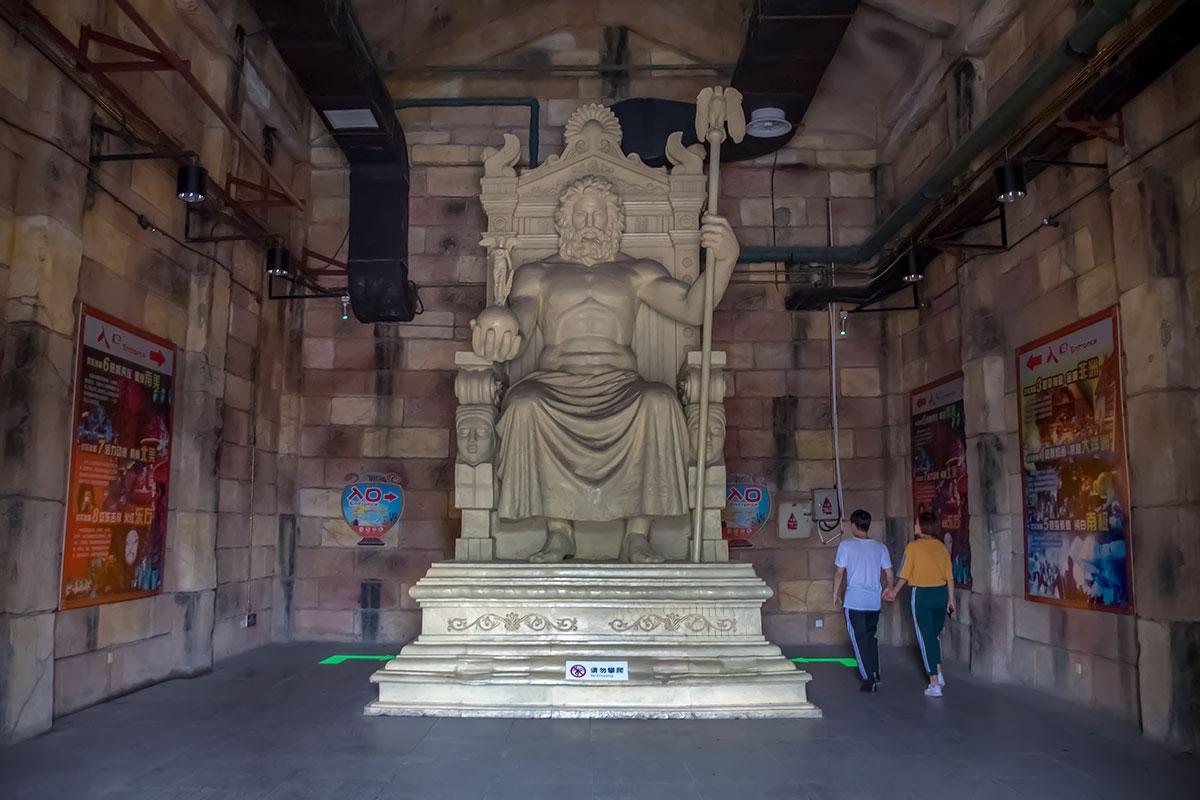 Воссозданная в парке Happy Valley статуя Зевса работы Фидия, одно из чудес света, для имитации слоновой кости покрыта воском, отсюда мощная вентиляция.