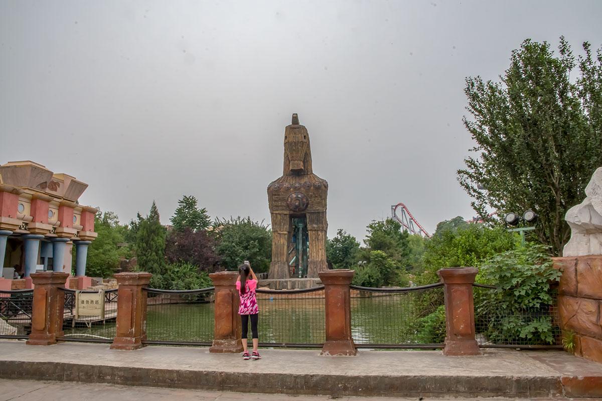 Здесь неверное положение колонн очевидно, но внимание посетителей парка Happy Valley привлекает воссозданный Троянский конь.