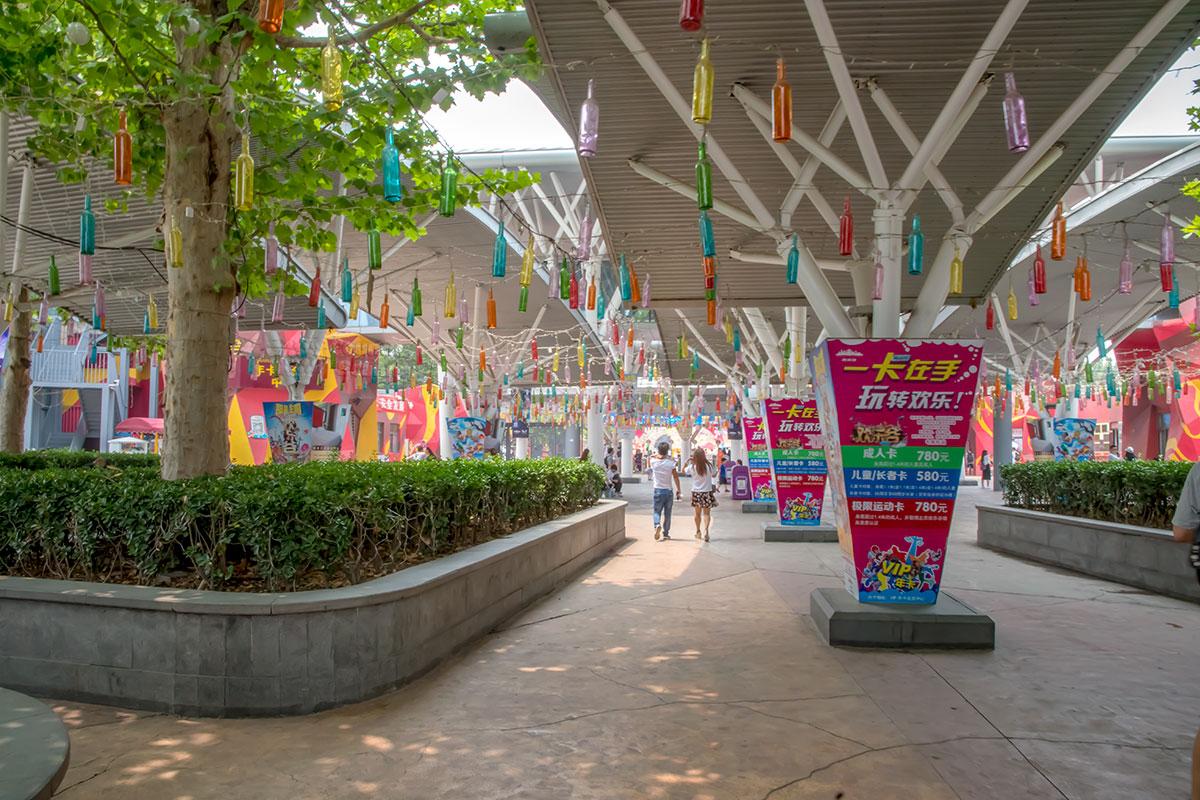 Объединенные проводами бутылки из цветного стекла при входе в парк Happy Valley – не объект современного искусства, а часть иллюминации.