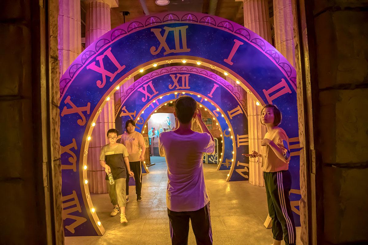 Своеобразный коридор времени из часовых циферблатов между античными колоннами провожает посетителей парка Happy Valley к выходу.