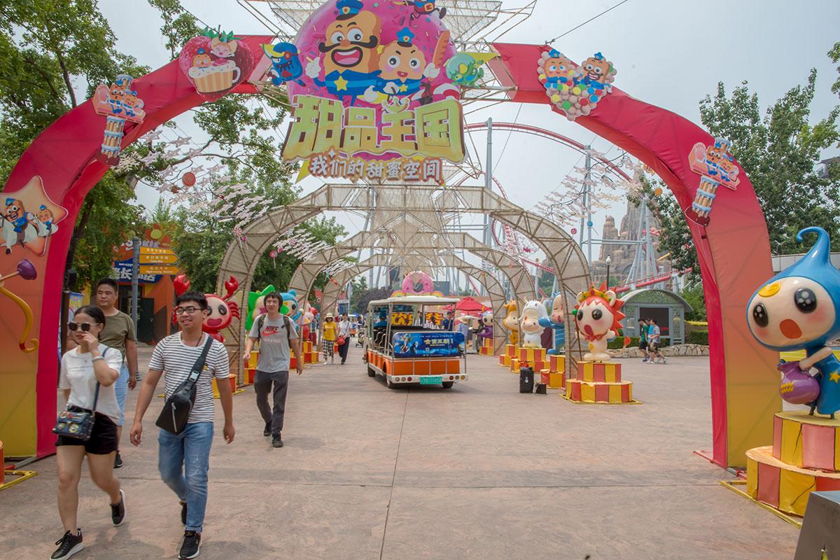 Праздничное оформление территории развлекательного парка Happy Valley призвано поднимать настроение приходящим туда посетителям.