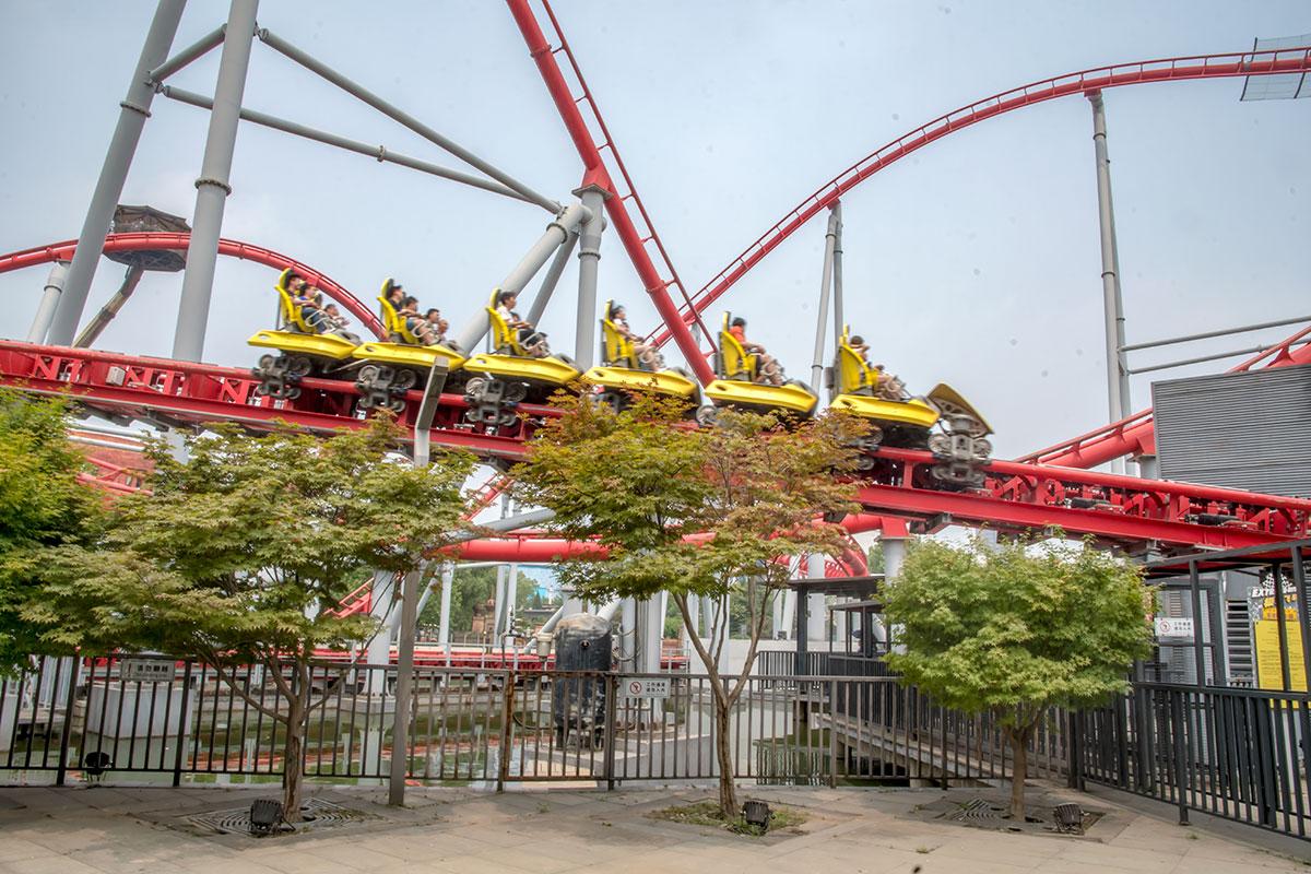 Серые опорные стойки поддерживают конструкции трассы Красной горки, самого современного аттракциона парка развлечений Happy Valley.