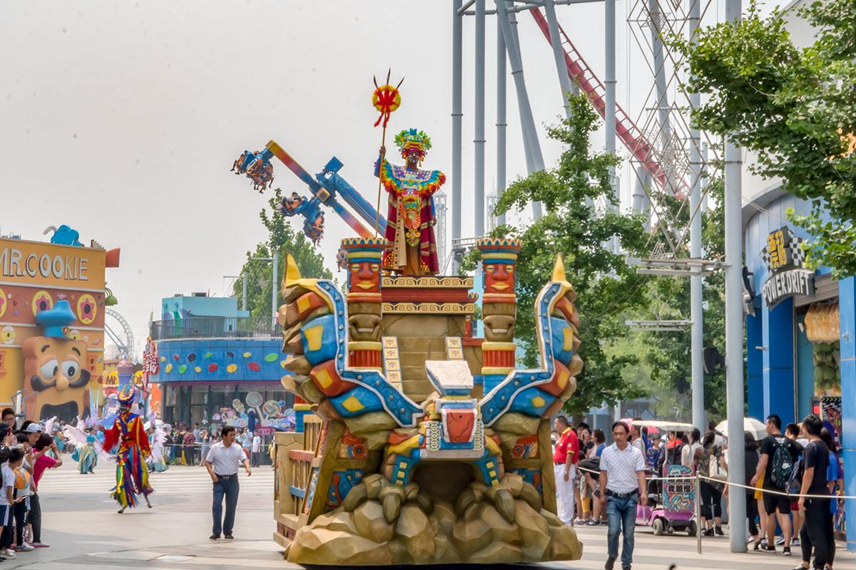 На территории парка Happy Valley ежедневно проходят праздничные шествия, передвигаются мобильные рекламные установки.