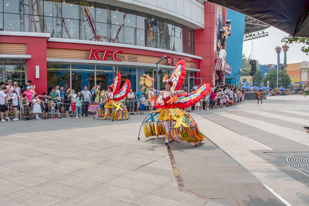 Красочные персонажи в национальных костюмах на территории парка Happy Valley можно увидеть каждый день в рамках карнавала.