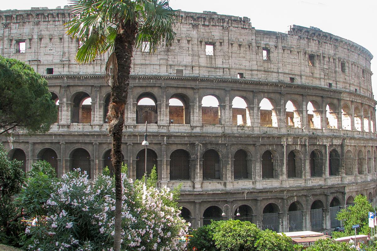 Если бы сохранились античные статуи в арках средних ярусов, Колизей в Риме выглядел бы гораздо более привлекательным, не столь мрачным.