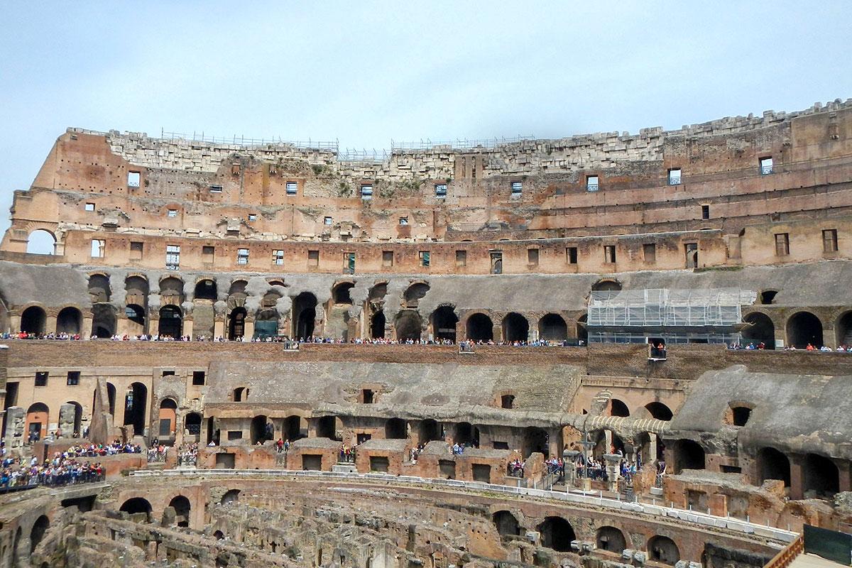 Частично разрушенный землетрясением, утративший многие элементы из-за хищений, Колизей в Риме сохраняет туристическую привлекательность.