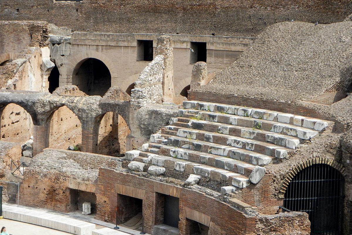 Колизей в Риме изнутри похож на диковинные пчелиные соты, состоит из множества арочных конструкций, за счет чего снижены нагрузки.