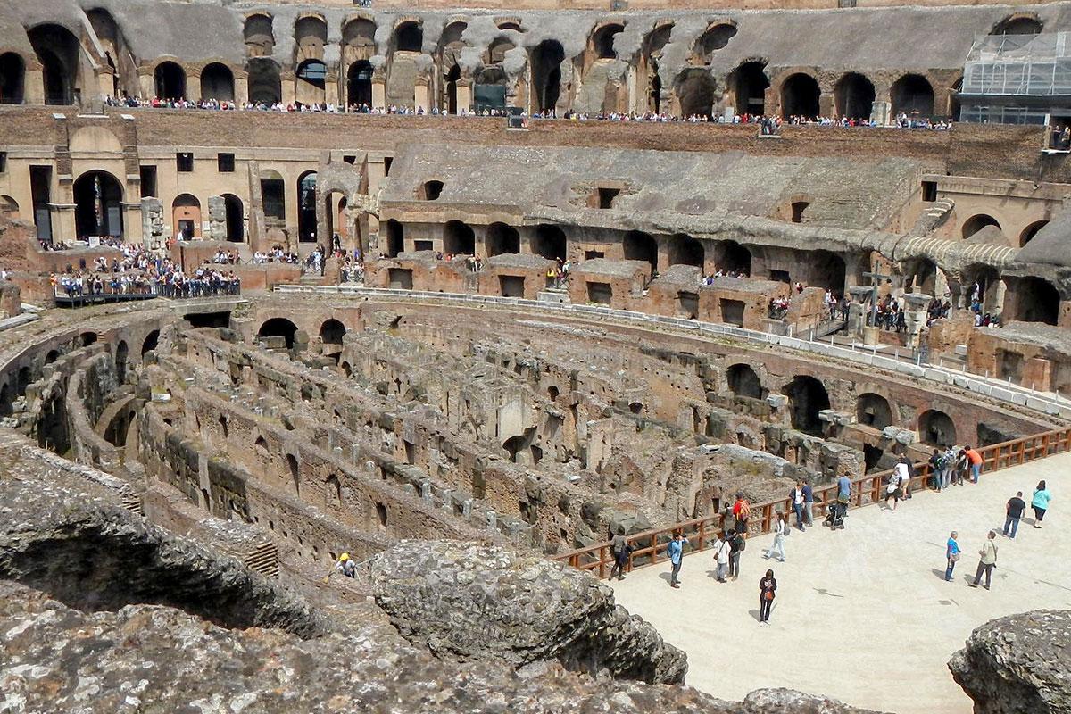 Проведенной реконструкцией с вскрытием пола арены Колизей в Риме превращен в чисто музейное учреждение, популярное и посещаемое.