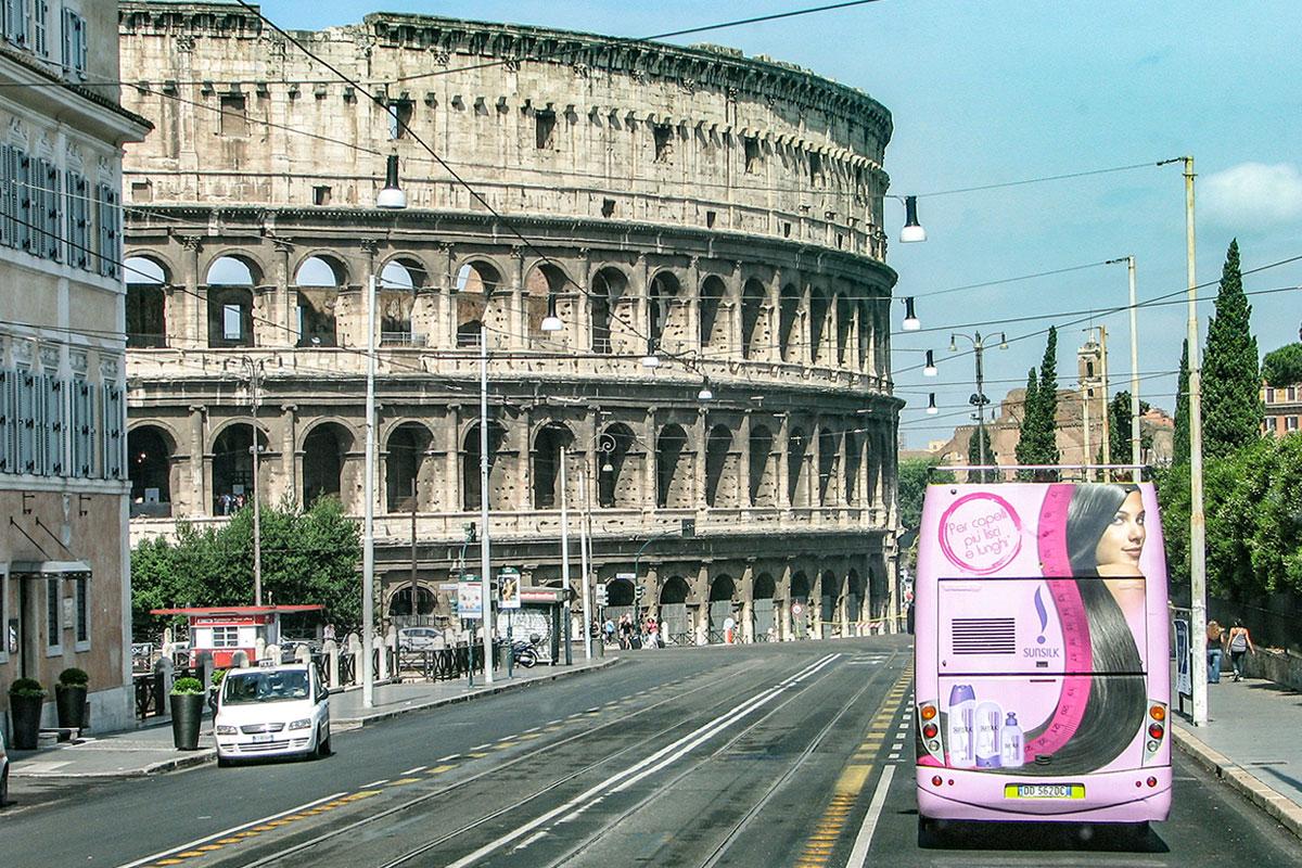Проложенный рядом с Колизеем в Риме при Муссолини проспект имени императорских форумов уничтожил часть именно этих достопримечательностей.
