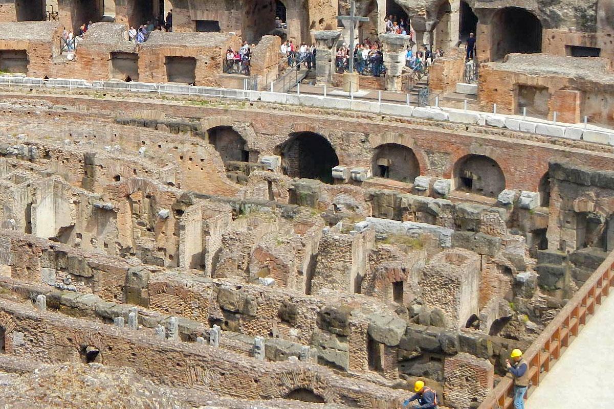 Вскрытая часть арены Колизея в Риме демонстрирует подземные помещения, до их строительства здесь был бассейн для морских баталий на кораблях.
