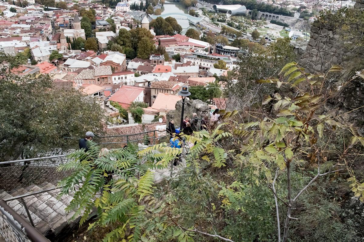 Многие посещающие впервые крепость Нарикала подолгу задерживаются на смотровой площадке из-за великолепия городских пейзажей.