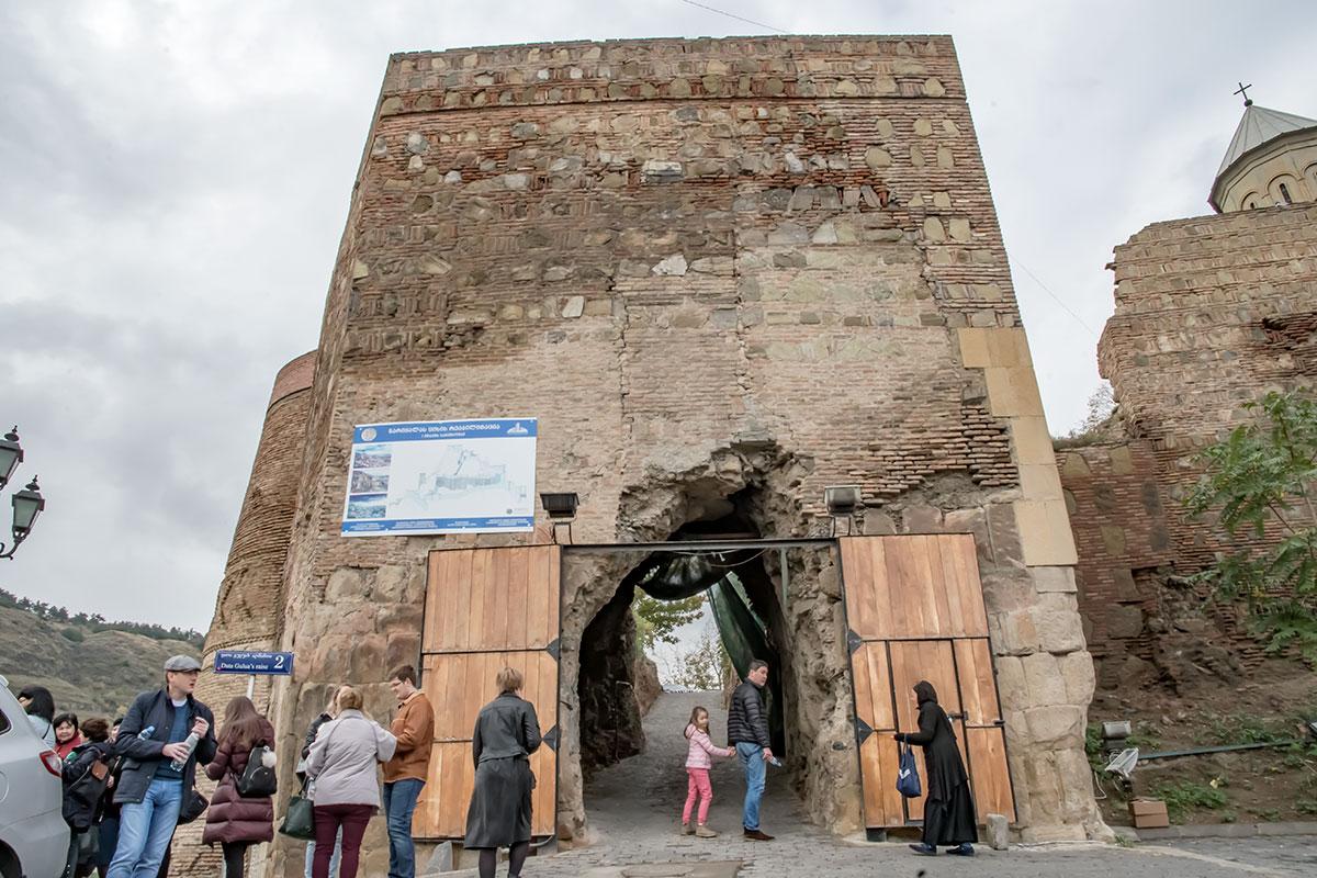 Проход в церкви Святого Николая в крепости Нарикала организован через древнюю башню, оборудованную современными распашными воротами.